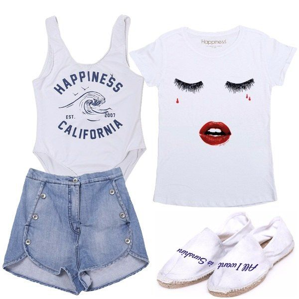 Outfit composto da costume intero bianco con scritta sul davanti, t-shirt bianca, pantaloncini di jeans a vita alta con bottoni e espadrillas bianche con scritta blu.