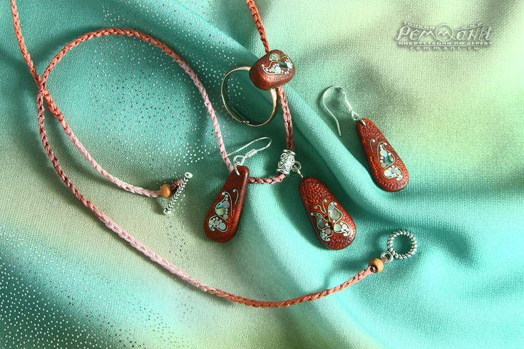 """Комплект """"Мечты о весне"""" с инкрустацией по дереву. Украшения из красного дерева инкрустированы мельхиором и натуральным белым и зелёным перламутром. #реммани #remmani #инкрустация #по #дереву #всечка #inlay #wood #pearl #перламутр #creative #exclusive #эксклюзивная  #silver #craft #art #hand #made #crafts #manship #ремесло #ручная #работа бабочка #butterfly #из #дерева #i #love #люблю #кулон #pendant #кулон #pendant #кольцо #ring  #падук #paduk"""