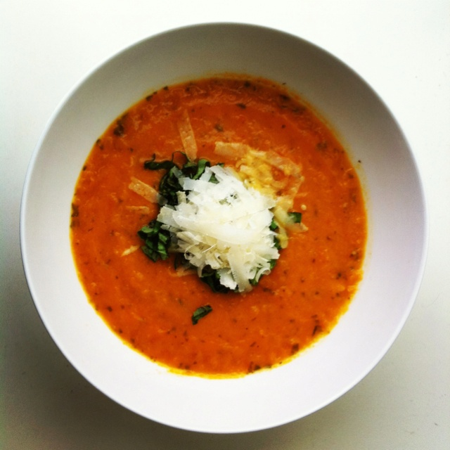 Roasted tomato and basil soup. Easy and healthy. No cream, no butter ...