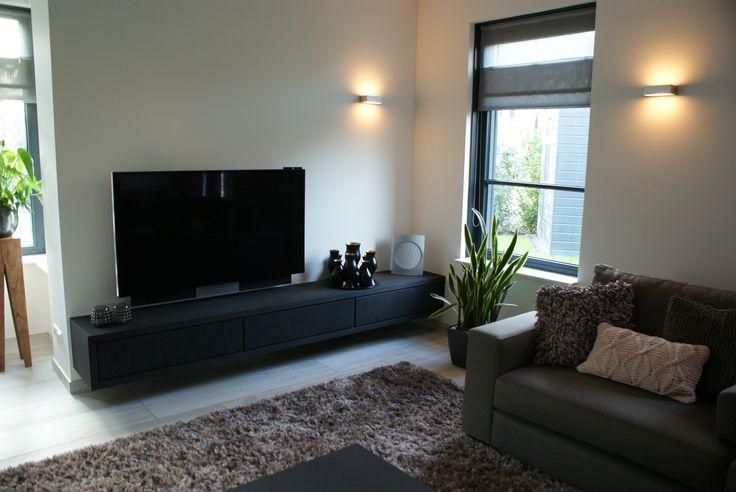 Maatwerk zwevend tv-meubel.