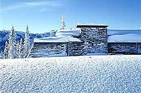 KVITFJELL: Tre og stein i tråd med norsk byggeskikk. Tegnet av div.A arkitekter og bygd i 1999.  Byggherren ønsket seg fjell- og vinterstemning. Den langstrakte bygningen åpner seg mot vest med utsikt til Rondane.