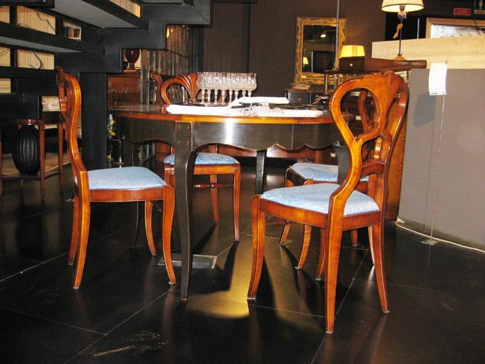 ASSI D'ASOLO    Tavolo rotondo allungabile in ciliegio antiquariato e gambe laccate nero.  Diamentro 120 cm (chiuso)  175 x 175 cm (aperto)  Prezzo listino € 3.223,00  Prezzo offerta € 1.700,00 DEVINCENTI MULTILIVING Via Casaloldo, 2 46040 Piubega Mantova 0376 65530 #design #mantua #devincenti #multiliving #arredamento #showroom #mantova #furniture #piubega