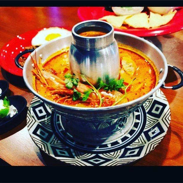 【世界三大スープの一つ】  サワディーカップヽ(^o^) こんばんわ!  本日は世界三大スープの一つ ⭐️トムヤムクン⭐️ のご紹介です!  トム=煮る ヤム=混ぜる クン=海老  酸味と辛味と旨味が合わさった タイ料理の代表的なスープです^_^  一度食べたら病みつきに(°_°) 是非一度お試しを。 スパイスマーケット https://www.hotpepper.jp/strJ001129105/ #アジアン #エスニック #タイ料理 #トムヤムクン #スパイスマーケット #ルトロワ #happy #photo #followme #japan #グルメ #肉盛り #肉 #レモンサワー #牡蠣 #アジア料理 #food #フード #札幌 #大通り #ランチ #ガパオライス #カオマンガイ #フォー #パクチー #パクチスト #個室 #忘年会