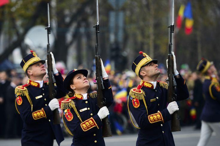 Militari participă la Ziua Naţională a României, în Piaţa Arcului de Triumf din Bucureşti, duminică, 1 decembrie 2013. (  Marius Dumbrăveanu / Mediafax Foto  ) - See more at: http://zoom.mediafax.ro/news/1-decembrie-2013-11733842#sthash.6ZXvmsOH.dpuf