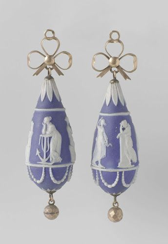 Earrings with mythological figures, anonymous, ca 1770-1790, Jasperware and gold. Rijksmuseum