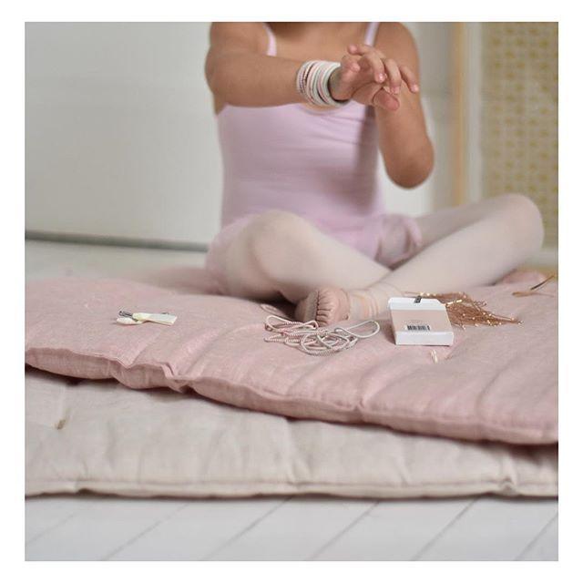 Dimanche en rose danseuse 💕   Nous vous souhaitons une bonne journée et une bonne fin de vacances pour celles et ceux qui en ont pris.  Sur-matelas biscuit et argile rose , 60 x 120 cm .  .  .  .  .  .  .  .  .  #maisonmargaret #venteadomicile #surmatelas#cocooning #slowliving #repetto#rosedanseuse#ballet#argilerose #artdevivre