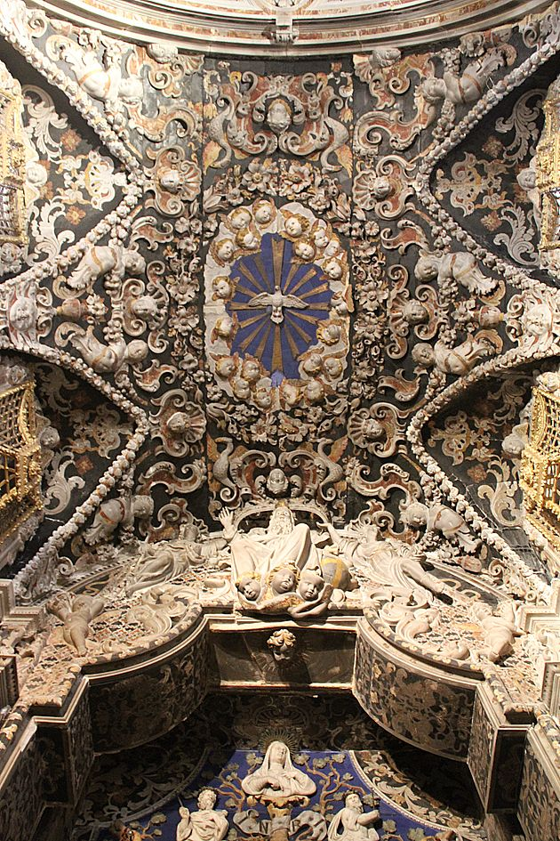 Peave Dove  -  Кафедральный  собор  в  Монреале,  Палермо,  Сицилия.  Duomo di Monreale или Santa Maria Nuova) . В  убранстве  собора  есть  два  течения  -  арабское  и  византийское.