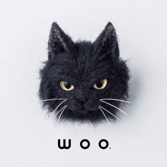 """[wool ・ brooch]羊毛フェルトのにゃんこブローチ、""""wooch""""。一匹一匹丁寧にチクチクつくっています。オシャレのアクセントに一匹いかがですか?※wooch【kuro・long】は、長毛の黒猫をモデルにした既製品です。※色・柄を指定して世界に一つのオリジナルwoochを制作する サービスもございますので以下をご確認ください。 wooch【オーダーメイド】¥14,800 https://www.creema.jp/item/3044036/detail【制作期間】3ヶ月以上※こちらは受注生産商品ですので、ご注文確定後に制作いたします。※納期は、その時の混み具合により変動します。 ご注文が集中している場合半年から1年かかることもございますので、 お問い合わせください。【注意事項】※この商品はwooch【kuro・long】1体です。 その他のwoochシリーズはついてきません。※サイズは約W45 × H55 × D25 mmです。※ハンドメイド商品ですので、柄やサイズなどに個体差があります。 写真イメージと異なることがござ..."""