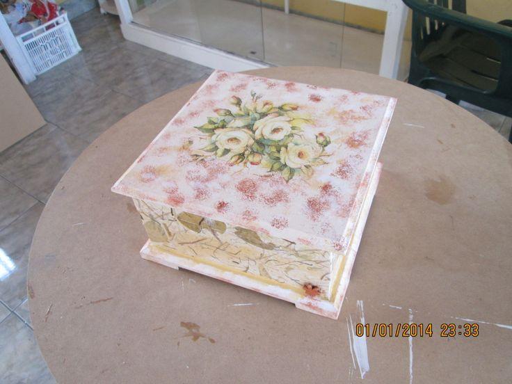 Caja de te decoupage de servilleta y papel reciclado for Decoupage con servilletas en muebles