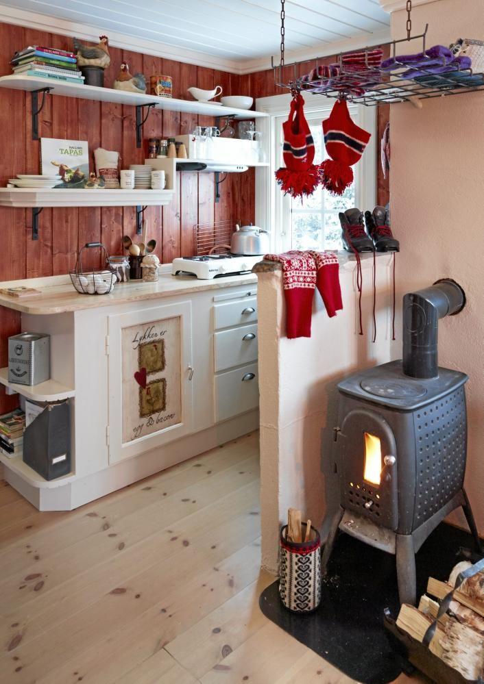 Kjøkkenet er lekkert innredet med røde vegger og hvite kjøkkenskap og hyller. Døren i kjøkkenbenken var opprinnelig vannskadet, men ble finere enn noen gang med litt dekor som kamuflasje.