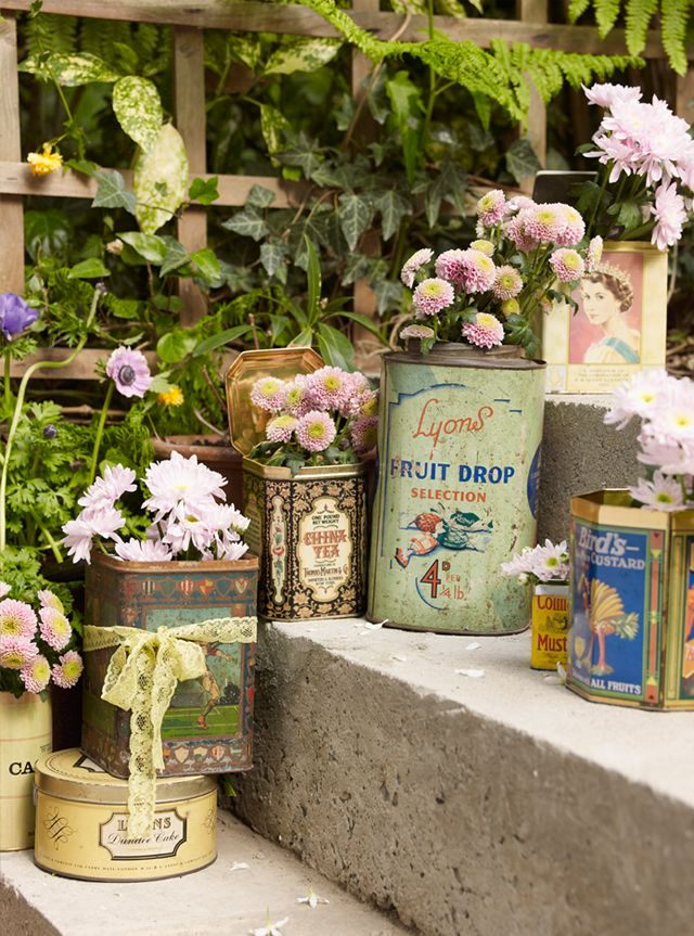 Tin Cans: Gardens Ideas, Vintage Tins, Flowers Pots, Gardens Container, Vintage Display, Planters, Old Tins, Pots Flowers, Tins Cans