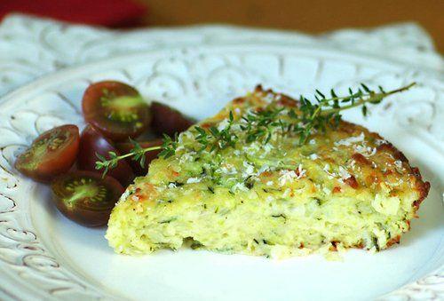 Ha túl sok cukkinid van, íme egy nagyszerű ötlet. Hozzávalók: 5 tojás 40 dkg reszelt cukkini 20 dkg bacon szalonna apróra vágva 15 dkg liszt 60 ml olívaolaj 1 tk. sütőpor 1 nagy fej vöröshagyma apróra vágva 15 dkg reszelt sajt vaj a sütő...