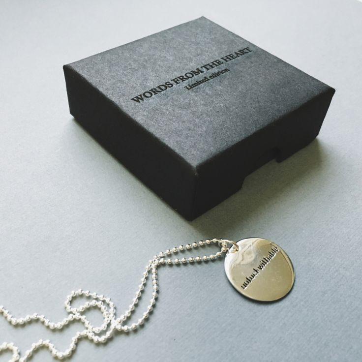 De nieuwe WFTH Limited Edition is een stijlvolle en tijdloze collectie ;die de drager ervan ;direct kracht, flair en vrolijkheid ;geven. De bijzonderste en stoerste ;woorden ;zijn gegraveerd op een 925 zilveren plaatje die gecombineerd wordt met ;een lange, ragfijne zilveren ketting.