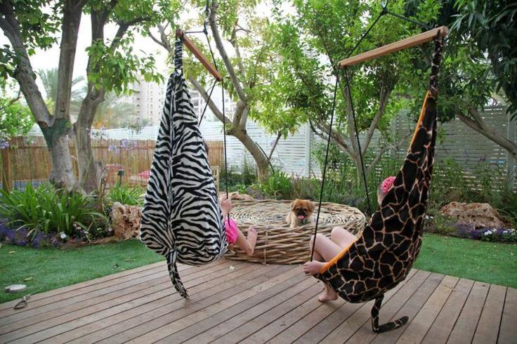 deux hamacs chaises imprimé zèbre et léopard sur la terrasse