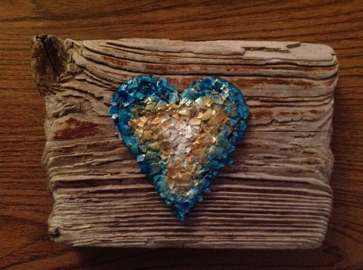 Here I've cut out a heart in cardboard and glued on crushed eggshells with Mod Podge. So I painted with Inka Gold paint and turquoise ink spray.