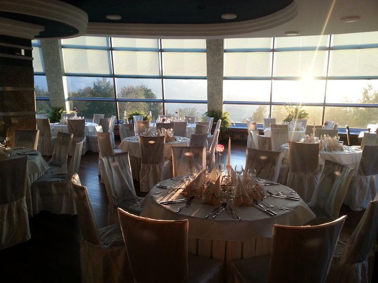 Sala przygotowana na uroczystą kolację, która rozpocznie się już za godzinę. Prawda że piękna? ;)