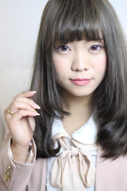 アッシュ、ブラウン、プラチナアッシュ関連のミディアムヘアです。Atsushi Itoの10代おすすめ、20代おすすめ、丸顔に似合うヘアスタイルです。