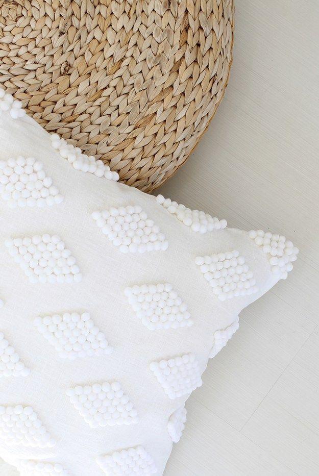 DIY modern pom pom pillow @mollymadfis