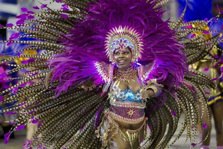 E' l'esaltazione del tutto: corpi, gioia di vivere, colori, festa, la muscia e il calcio (visto che è il Paese che ospita i mondiali di calcio). E non potrebbe essere altrimenti quando di parla del Carnevale brasiliano. Tutte le scuola del samba sfilano nelle strade di San Paolo per la second