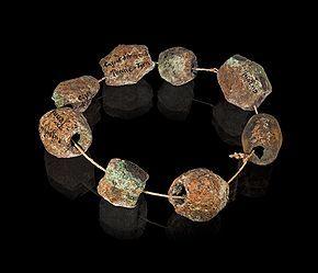 Âge du bronze: parure en bronze de Penne (Tarn), musée de Toulouse- L'âge du bronze est une période de la Protohistoire caractérisée par l'usage de la métallurgie du bronze, alliage de cuivre et d'étain. Aujourd'hui il est admis que cette période succède à l'âge du cuivre ou Chalcolithique et précède l'age du Fer, dans les régions où ces catégories sont pertinentes. En effet les limites chronologiques de l'âge du Bronze varient considérablement selon l'aire géographique considérée