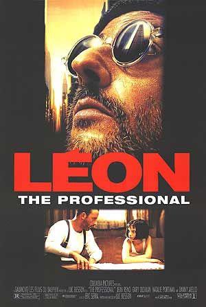 ★★★★★Léon (1994) Misdaad/Drama, 1994, New York. Léon is huurmoordenaar. Op dezelfde verdieping van Léon woont er een gezin waarvan de vader drugshandelaar is. De man wordt bedreigd door een zekere Stansfield, een louche agent die de volgende dag terugkeert en de man en de rest van de familie om het leven brengt. Enkel de twaalfjarige Mathilda kan ontsnappen. Mathilda wordt door Léon in bescherming genomen. Het meisje is vastbesloten zich te wreken en leert de knepen van het vak bij Léon.