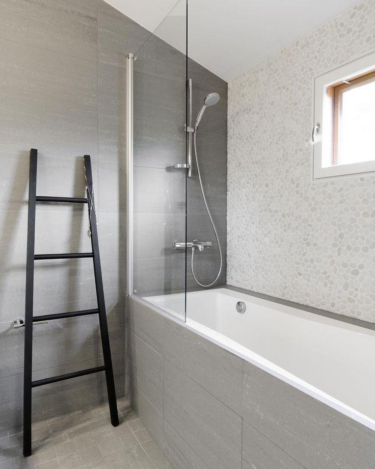 """""""Kylpyamme uppoaa kauniisti osaksi muuta kokonaisuutta. Ikkunaseinän jokikivet tuovat tilaan kylpylätunnelmaa. #laattapiste #kylpyhuone #remontti #koti…"""""""