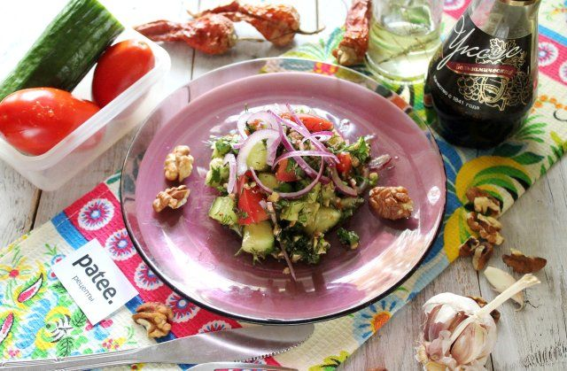 Готовим грузинский овощной салат с орехами! Этот рецепт навеян мотивами грузинской кухни. Это и яркие цвета и вкусы, и любовь к свежей зелени, овощам, к грецким орехам, которыми так изобилует кавказская кухня. Салат готовить очень просто, в нашем случае (базовом) грузинский салат делается только из помидоров и огурцов, добавляется тонко нарезанный красный салатный лук. Этот грузинский овощной салат с орехами делает ароматная заправка из орехов и большого количества зелени. И основное в…