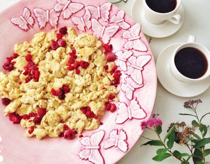 Hur gör man när den ena personen i familjen vill ha äggröra och den andra pannkaka? Enkelt: Gör båda två till en och samma rätt! Snabbt och lätt, otroligt mättande – och gott så klart! Klicka nedan för att se hela receptet! Ingredienser till två personer: 6 ägg 1,5 dl kokosgrädde/mjölk 1 dl mandelmjöl 2…