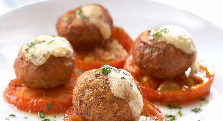 Αφράτοι κεφτέδες ψημένοι με ντομάτα και μαλακό τυρί. Μια συνταγή για ένα υπέροχο πιάτο που μπορείτε να το απολαύσετε και ως ορεκτικό, μεζέ αλλά και κυρίως