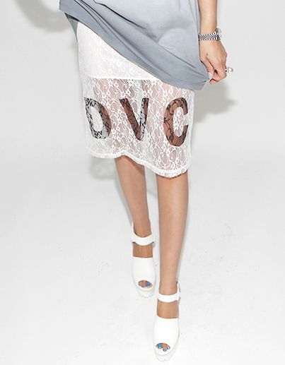 【Darkvictory】花柄刺繍レースがフェミニンな膝丈タイトスカートです。フロントのDVC英字ロゴがカジュアルなアクセントに☆ミニ丈の裏地デザインがセクシーな脚を演出します♪
