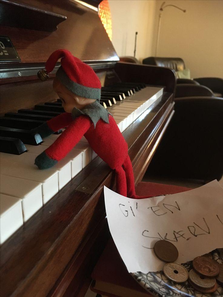 5. Dec.  Julius spiller klaver