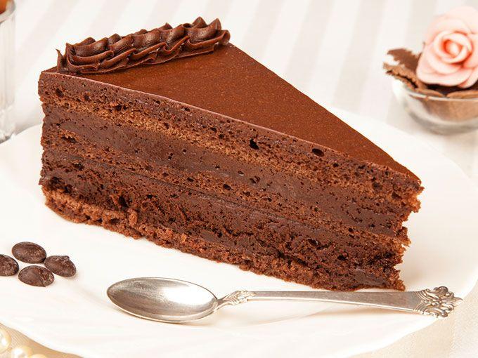 Si las trufas son deliciosas y los pasteles son deliciosos... un pastel de trufa es la combinación perfecta.Este delicioso y decadente pastel es fácil de preparar pero se debe de refrigerar al menos 24 horas antes de servir. La receta de pastel de trufa de chocolate te encantará.Ingredientes