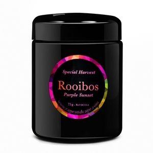 Purple Sunset - 75g : Ses effluves suggèrent les meilleurs desserts sucrés. Ce Rooibos doux se déploie longuement en bouche rappelant les fruits rouges avec la pointe d'amertume propre au cacao. Il peut être consommé chaud, froid ou glacé. Naturellement sans théine ni caféine, le Rooibos peut être apprécié à n'importe quelle heure du jour et de la nuit.De plus le Rooibos est riche en antioxydants et est reconnu pour ses nombreuses vertus pour la santé.Livré dans son écrin de verre…