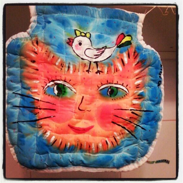 подушка на детский стульчик. хлопок, синтепон. по периметру - затяжка с пуговицей. рисунок текстильными красками декола в мокрой технике.