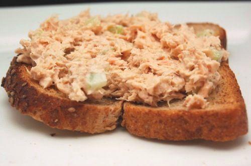 Zalmsalade: blikje zalm, gekookte aardappelen, gekookte eieren, augurk, zoete chilisaus, mayonaise, peper & zout.