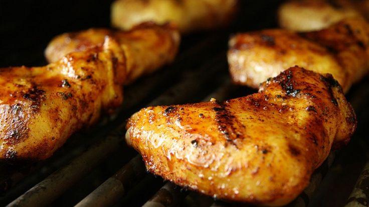 Ali di pollo alla griglia con rub al tamarindo: ricette barbecue estive.