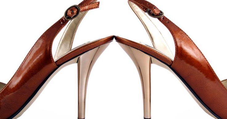 Como evitar que sapatos de salto façam barulho. Apesar de sapatos de salto deixarem você mais alta e com o look mais profissional, muitas vezes, eles fazem um barulho indesejável que pode irritar tanto você como seus colegas de trabalho. Felizmente, não é preciso sacrificar seu look e nem a moda por ter que usar sapatos que não sejam tão barulhentos.