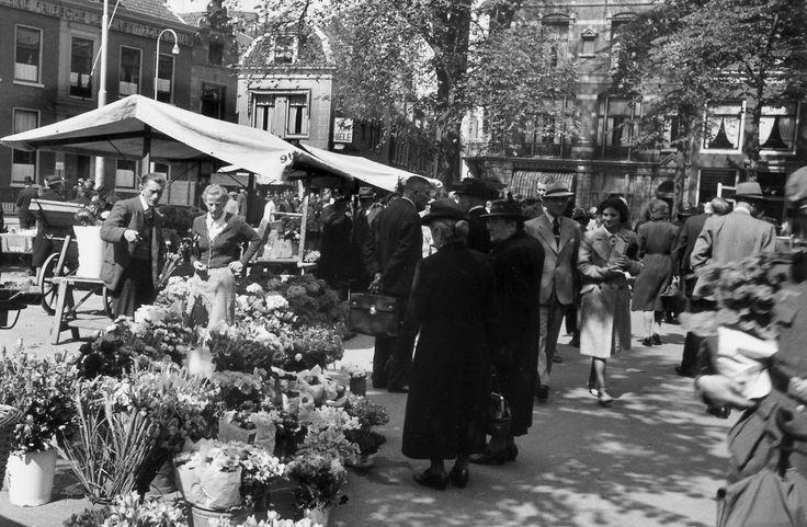 Utrecht - Janskerkhof - bloemenmarkt op zaterdag - 1942 - fotograaf Nico Jesse