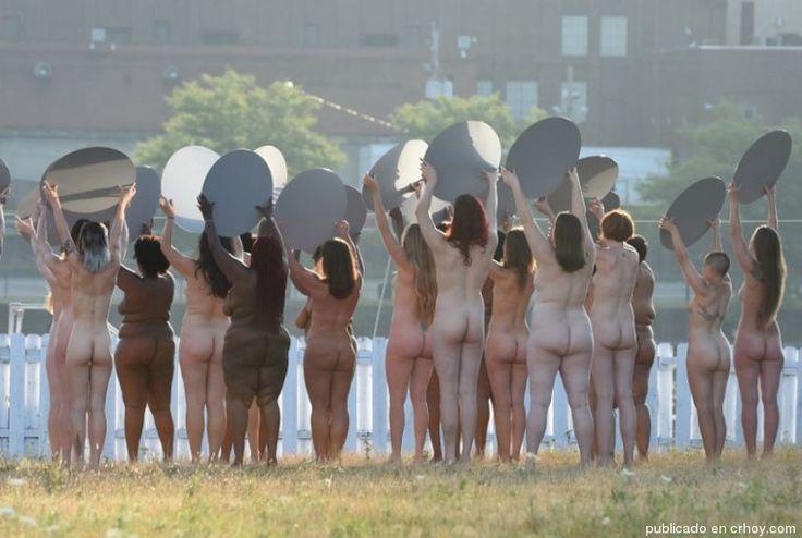 100 mujeres posan desnudas cerca de la convención de Trump