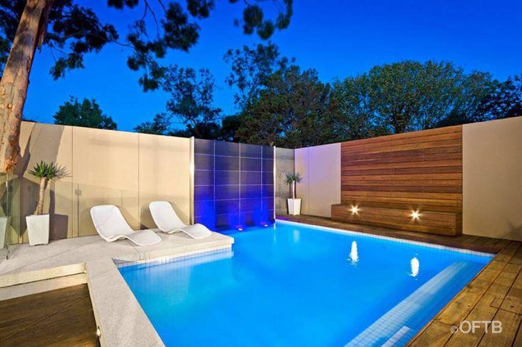 Madera pared detrás piscina
