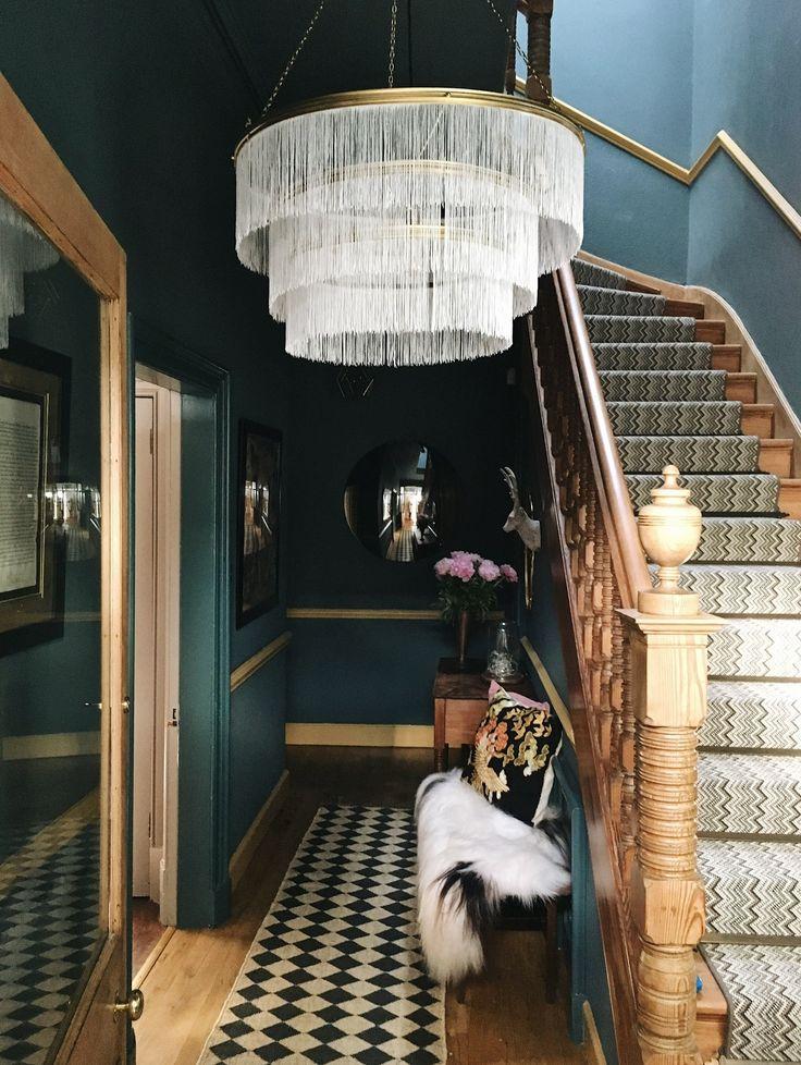 drewniane schody + ciemnozielone ściany + lampa z frędzlami