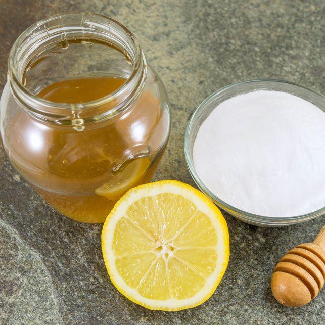 Un semplice impacco di bicarbonato e miele da stendere sulla pelle. Esfolia, idrata, migliora la circolazione e i risultati sono immediati. Parola di specialista