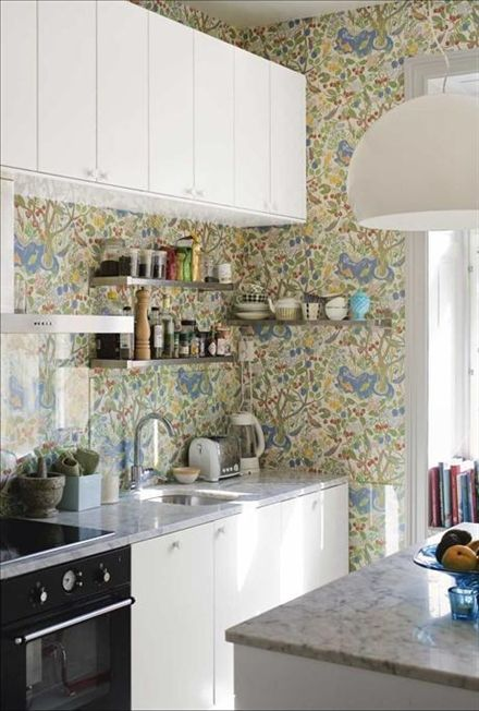 Köket och skåpluckor Applåd kommer från Ikea. Mönstret i tapeten Paradis är ritat av Josef Frank, produceras av Borås tapeter. Marmorskiva o...
