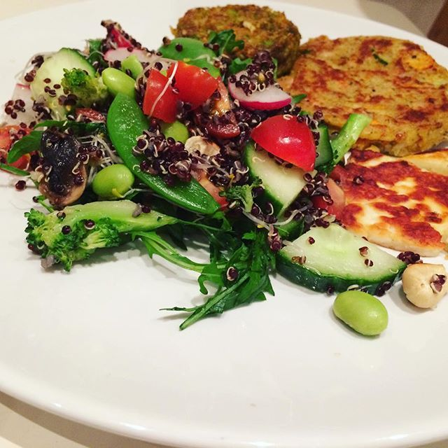 Quinoa salad, vego patties and halloumi 😸 vegetariska veggi vegetariskt biffar Biff sallad
