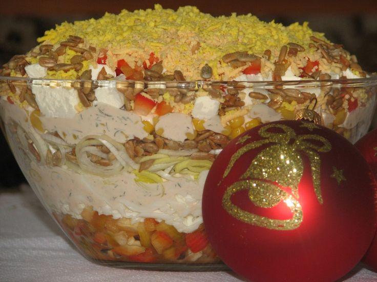 Przepis na pyszna warstwowa sałatka z serem feta i słonecznikiem. Czerwoną paprykę oczyścić, umyć, osuszyć i pokroić w kostkę. Jajka ugotować na twardo, ostudzić i oddzielić białka od żółtek.