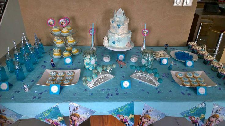 Une sweet table sur le thème de la Reine des neiges.