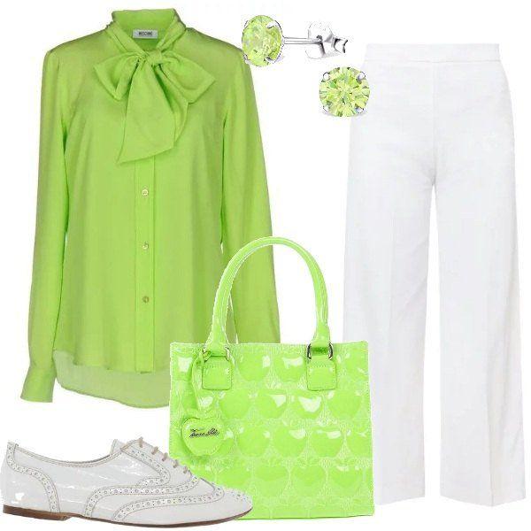 Una+particolare+tonalità+di+verde+caratterizza+la+camicia+in+seta+con+fiocco+e+la+borsa+a+mano,+da+abbinare+ad+un+paio+di+pantaloni+fluidi+bianchi+e+a+delle+scarpe+stringate,+sempre+bianche.+Gli+orecchini+sono+dei+piccoli+punti+luce+della+stessa+tonalità+di+verde.