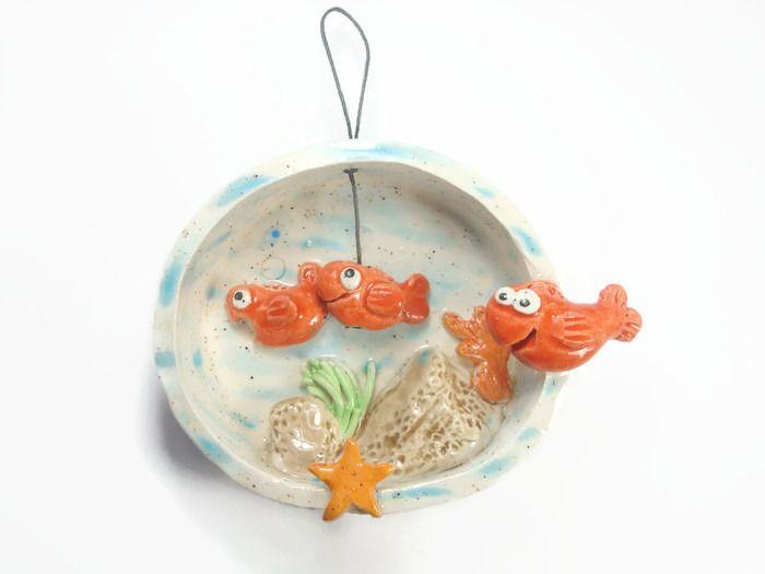 Cadre en relief céramique hublot avec poissons : Décorations murales par crisland