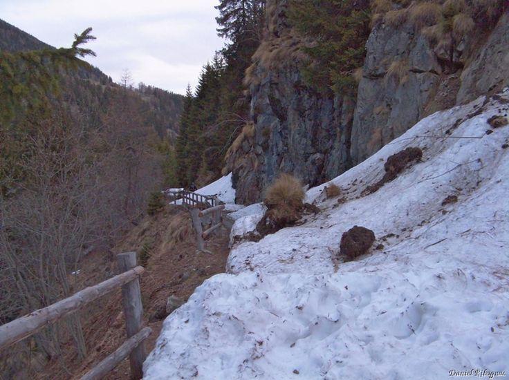 """Ski de randonnée à Le Mourin depuis Bourg-Saint-Pierre par les Arpalles  Ayant dormi à l'hôtel Bivouac de Bourg-Saint-Pierre (l'idée de mettre une bouilloire et des tisanes/cafés dans toutes les chambres est extra), nous étions en 5mn à pied d'oeuvre. Cette course au Mourin (dont le toponyme signifie """"petit sommet"""")est inspirée du topo de camptocamp. On part depuis la route vers le Pont de Tsaveresse (1517m), jusqu'à ce que la neige nous bloque…"""