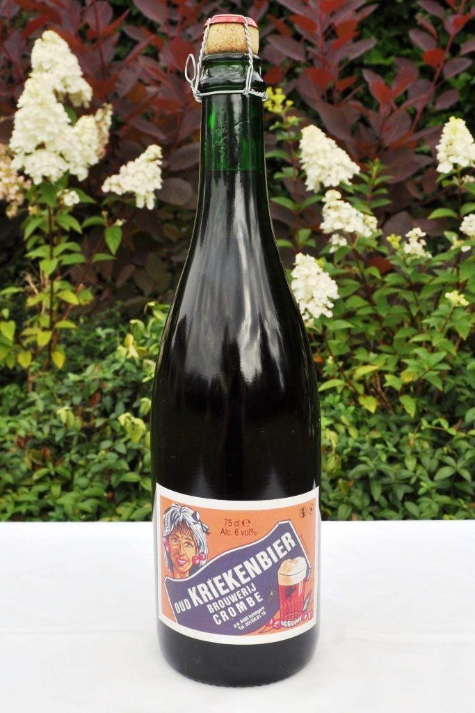 OUD KRIEKENBIER / Aha, dit is een bier voor de liefhebbers van bieren met een wilde natuurlijke gisting. Zeg maar de rasechte geuzendrinkers. Het stokoude bier kent weinig concurrenten. Pure Oude Zottegemsen wordt op een tank gestoken, en er worden massaal echte krieken, zoals je die in de fruitwinkel vindt, aan toegevoegd. Na een jaar of langer rijpen, zoals wijn, wordt het bier op flessen getrokken. Vervolgens wordt het nog een jaar of twee jaar in de kelders te rusten gelegd. Vanzodra de…